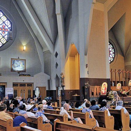 Groupe de pèlerins au Sanctuaire, Fonds Daniel Abel